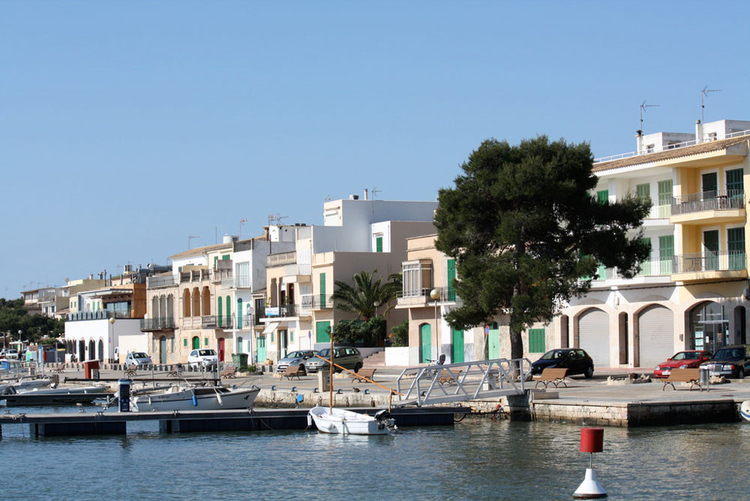 Buying real estate in the area to the harbor in Porto Colom