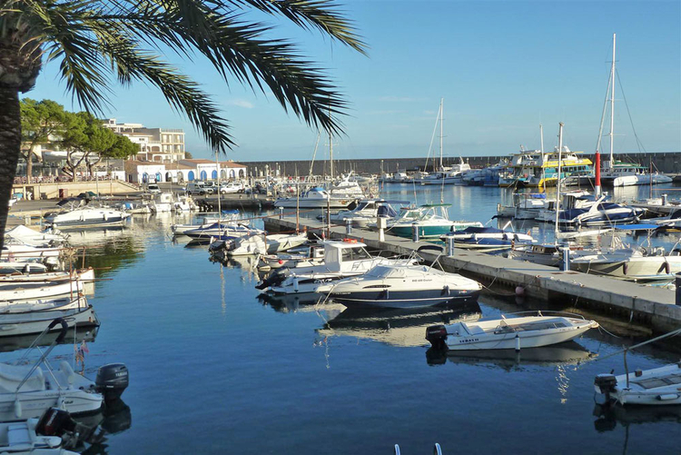 Marina and Yacht Club in Cala Ratjada description and info