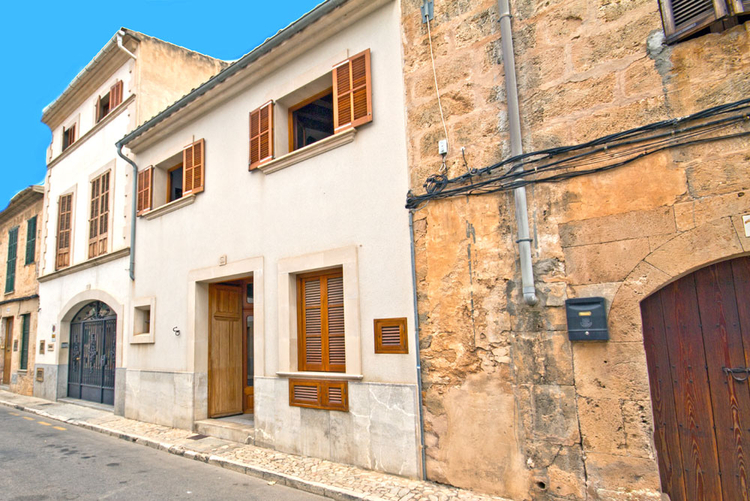 Buy townhouse with four bedrooms and garden in Llucmajor