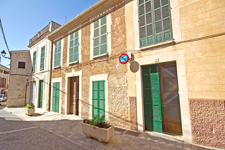 Buy townhouse on the market square in Santanyi in the southeast of Mallorca