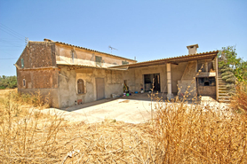 House for sale with a fountain and outbuildings in Campos